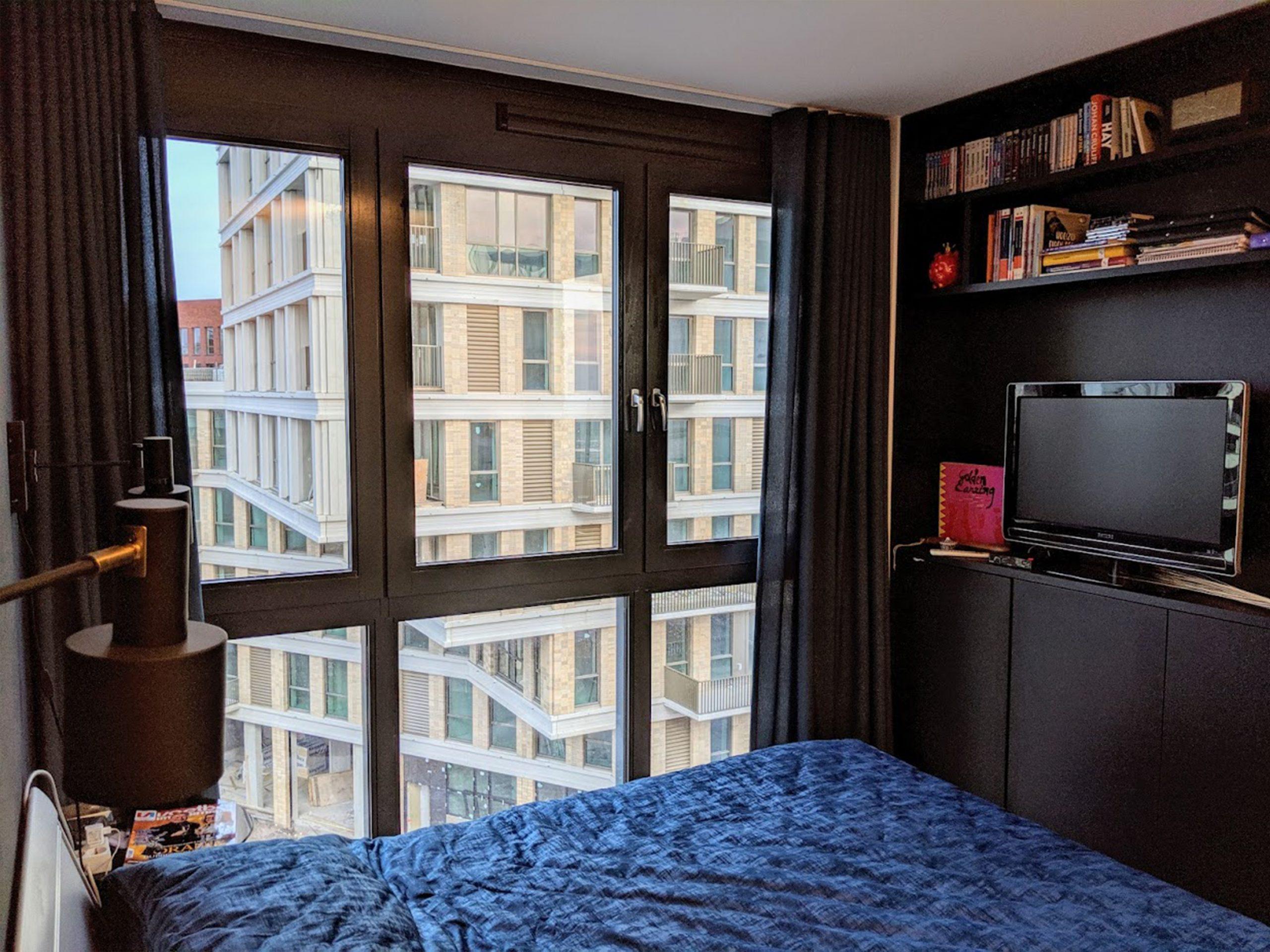 een slaapkamer straalt luxe en geborgenheid uit, met donkere tinten